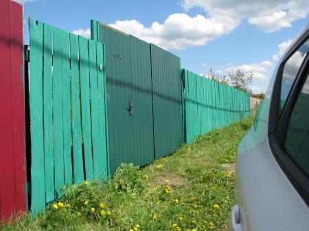 забор, окрашенный краскопультом